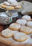 Sesammördegskaka med datumstoppning östlig mitt för kakor Eid och Ramadan Dates Sweets Kahk Arabisk kokkonst kopiera avstånd royaltyfri bild