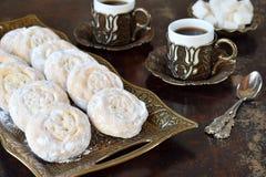 Sesammördegskaka med datumstoppning östlig mitt för kakor Eid och Ramadan Dates Sweets Kahk Arabisk kokkonst kopiera avstånd arkivfoto