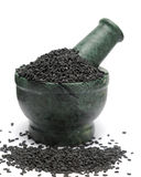 Sesamo nero organico & x28; Indicum& x29 del Sesamum; sul pestello di marmo Immagini Stock