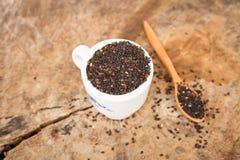 Sesamo nero (sesamum orientale L ) su vecchio fondo di legno immagine stock