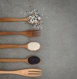 Sesamzaad in houten lepel Zwart-witte sesamopstelling op wo Royalty-vrije Stock Afbeeldingen