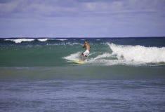 Sesenta y cuatro años el practicar surf del hombre Fotografía de archivo