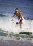 Sesenta y cuatro años el practicar surf del hombre Foto de archivo libre de regalías