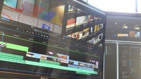 Sesión de edición del monitor dual con la luz de la ventana fotografía de archivo libre de regalías