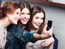 Sesión de foto de los amigos después de hacer compras Foto de archivo libre de regalías
