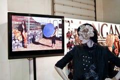 Sesión de foto simulada de la mirada en la televisión Imagen de archivo