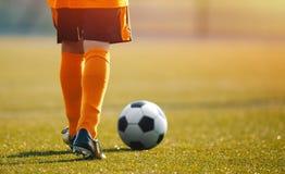 Sesión de Junior Football Training de los niños Entrenamiento del fútbol para el niño imagen de archivo libre de regalías