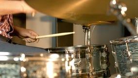 Sesión de la grabación en estudio con los tambores almacen de metraje de vídeo