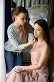 Sesión del maquillaje para una muchacha hermosa imagen de archivo