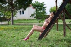 Sesión fotográfica del traje de baño en el parque imagen de archivo