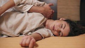 Sesión tailandesa del masaje para la mujer atractiva joven El massagist masculino está aplicando el tratamiento para el hombro Ti almacen de metraje de vídeo