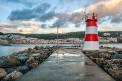 Sesimbra葡萄牙村庄的灯塔  免版税库存图片
