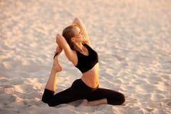 Sesión de la yoga de la playa por el mar polaco Imagenes de archivo