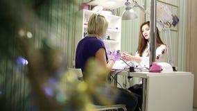 Sesja manicure w piękno salonie zbiory