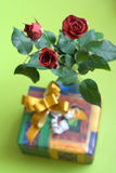 A sessão atual, ramalhete de três rosas com a caixa de presente no fundo Fotos de Stock