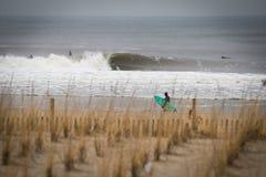 Sessão da ressaca do inverno na praia NY de Rockaway imagens de stock