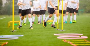 Sessão de formação das habilidades do futebol Jogadores que treinam no campo Imagens de Stock Royalty Free