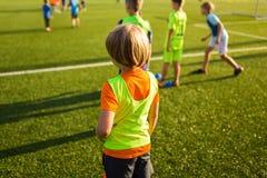 Sessão de formação do futebol Único jogador de futebol da juventude no passo Fotos de Stock