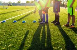 Sessão de formação do futebol do futebol para crianças Meninos que treinam Footbal Fotografia de Stock Royalty Free