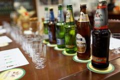 Sessão de gosto na cervejaria de Baltika - de St Petersburg Fotografia de Stock Royalty Free