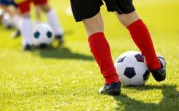 Sessão de Junior Football Training das crianças Treinamento do futebol para crianças Feche acima do jogador de futebol da criança Imagens de Stock Royalty Free