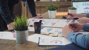 Sessão de reflexão da equipe do negócio que pesquisa o plano de marketing video estoque
