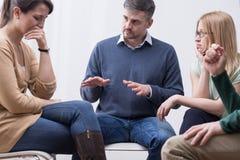 A sessão de terapia do grupo pode ajudar emoções expressas imagem de stock
