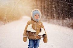 Sessão do inverno de um menino na floresta fotografia de stock royalty free