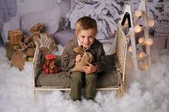 Sessão do Natal de um menino na floresta imagens de stock
