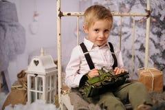 Sessão do Natal de um menino na floresta imagem de stock royalty free