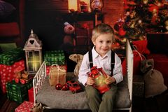 Sessão do Natal de um menino na floresta foto de stock