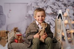 Sessão do Natal de um menino no estúdio imagem de stock