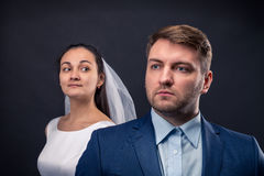 Sessão fotográfica bonita do estúdio dos recém-casados foto de stock royalty free