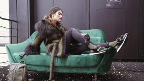 Sessão fotográfica da rua de uma menina em um revestimento Photoshoot para o catálogo de um revestimento Retrato em um fundo pret filme