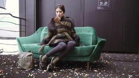 Sessão fotográfica da rua de uma menina em um revestimento Photoshoot para o catálogo de um revestimento Retrato em um fundo pret vídeos de arquivo