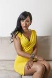 Mulher americana africana em um sofá Imagem de Stock Royalty Free