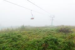 Sesselbahn im Nebel lizenzfreie stockfotos