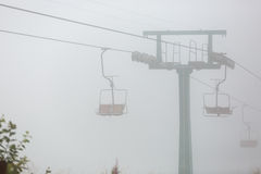 Sesselbahn im Nebel stockfoto