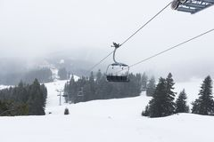 Sesselbahn im schneebedeckten Gebirgsgipfel stockfotos