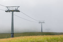 Sesselbahn mit Nebel Stockbilder