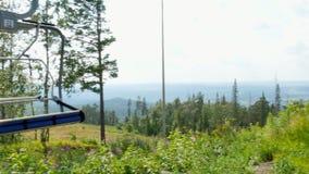 Sesselbahnen stehen noch in den Bergen hoch stock video