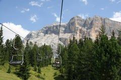 Sesselbahnleute oben in Richtung zur Spitze der Dolomit stockfotografie