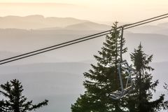 Sessellift bei Wurmberg mit hügeliger Landschaft im Hintergrund lizenzfreies stockfoto