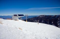Sessellift in den schneebedeckten Bergen Lizenzfreies Stockfoto