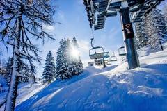 Sessellift in einem Skiort Stockbild