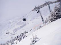 Sessellift im alpinen Ski fahrenden Erholungsort lizenzfreies stockfoto