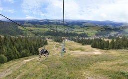 Sessellift mit einer Berglandschaft der Karpat-Berge Stockfoto
