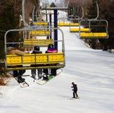 Sessellift mit Snowboardern und Skifahrer Lizenzfreie Stockfotos