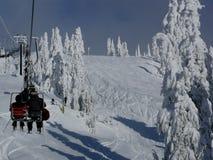 Sessellift und frischer Schnee Stockfotografie