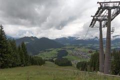 Sessellift zur Stadt in den Alpen Stockbild